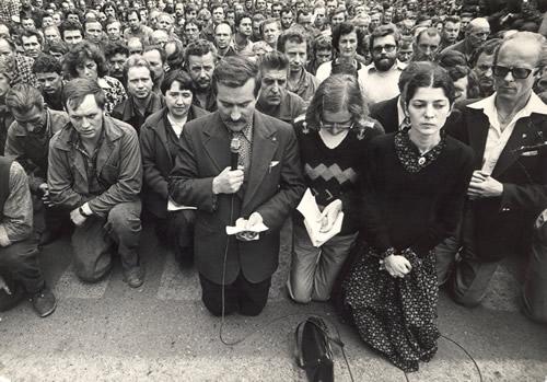 Podczas strajku siostra Bożena w 1980 roku prowadziła modlitwy w Stoczni Gdańskiej.Jej zdjęcia z klęczącymi wokół stoczniowcami pokazywały wszystkie telewizje świata