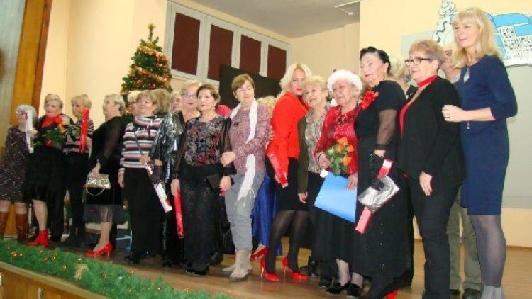 Seniorzy i przyjaciele pomagają potrzebującym